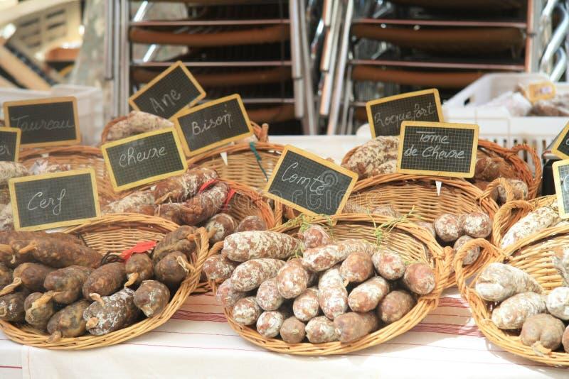 Salchichas en un mercado francés imágenes de archivo libres de regalías