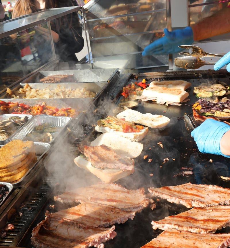 salchichas en un puesto de comida callejera al aire libre con verduras y para foto de archivo libre de regalías
