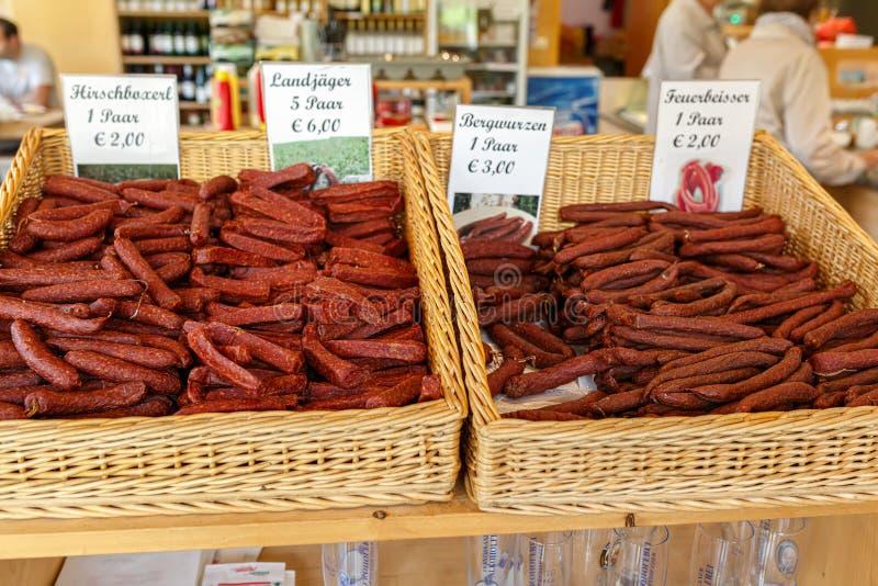 Salchichas hechas en casa austríacas tradicionales en la tienda de la granja fotos de archivo
