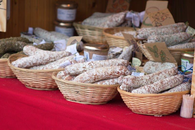 Salchichas secadas del francés sabroso listas para la venta foto de archivo