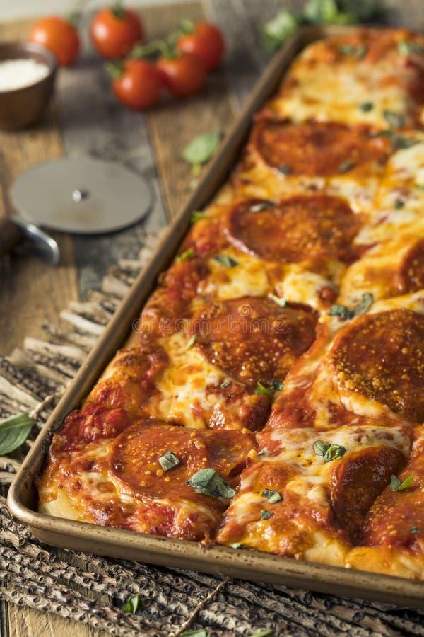 Salchichones hechos en casa Pan Pizza siciliano imágenes de archivo libres de regalías