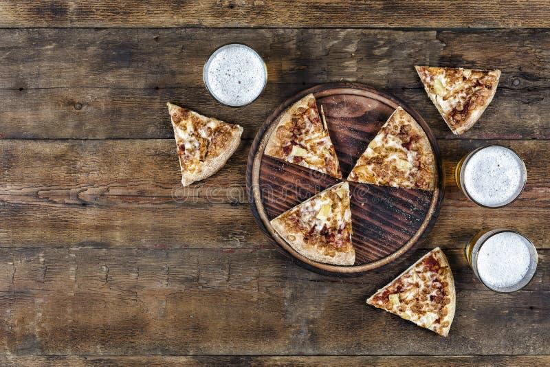 Salchichones, pizza, comida, pedazos, cerveza, visión superior, alimentos de preparación rápida imágenes de archivo libres de regalías