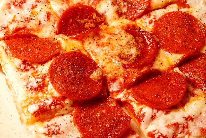 Salchichones y pizza de queso fotos de archivo