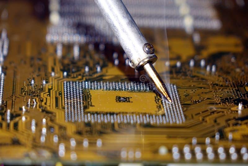 Saldando ad un circuito di una fine del computer su immagini stock libere da diritti