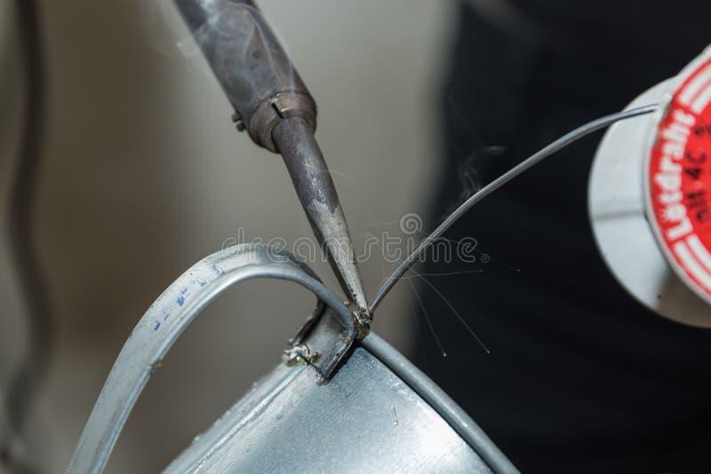 Saldando con il cavo della lega per saldatura - primo piano fotografia stock