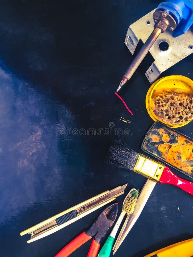 Saldatoio per i tubi di plastica sul fondo di legno nero della tavola Attrezzatura per scandagliare lavoro fotografia stock libera da diritti