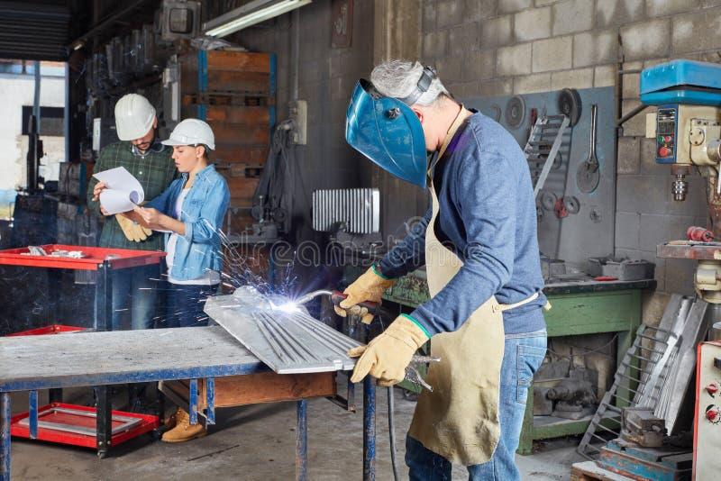 Saldatore come lavoratore che lavora con l'acciaio fotografia stock
