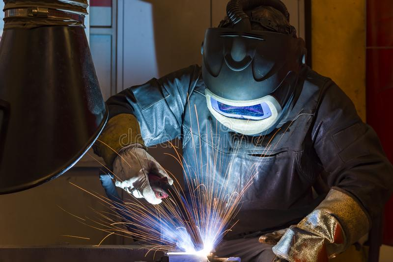 Saldatore d'acciaio industriale in saldatore della fabbrica, artigiano fotografie stock libere da diritti