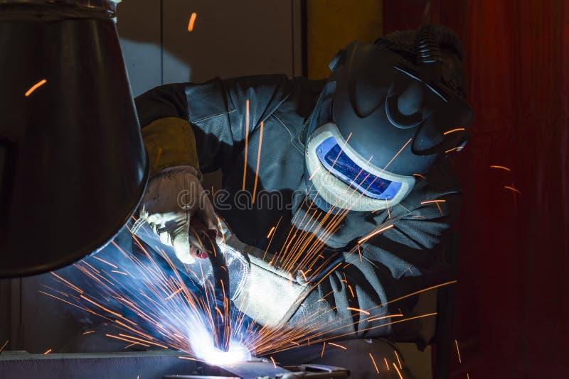 Saldatore d'acciaio industriale in saldatore della fabbrica, artigiano immagini stock libere da diritti