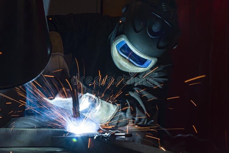 Saldatore d'acciaio industriale in saldatore della fabbrica, artigiano fotografia stock libera da diritti