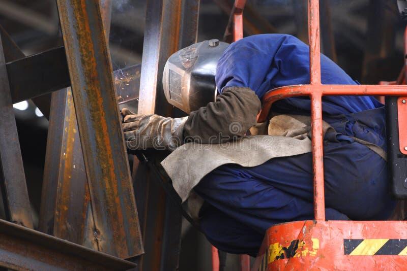 Saldatore sul lavoro immagine stock libera da diritti