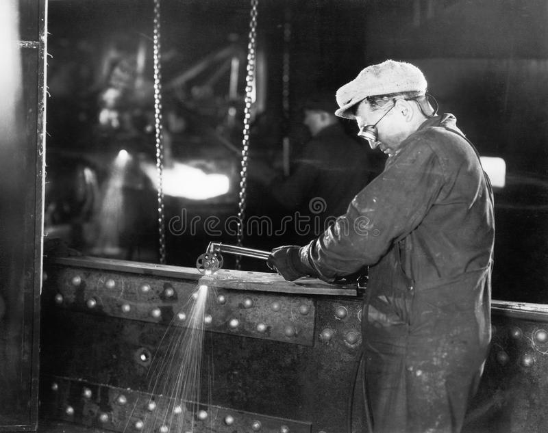 Saldatura del lavoratore del ferro (tutte le persone rappresentate non sono vivente più lungo e nessuna proprietà esiste Garanzie immagini stock