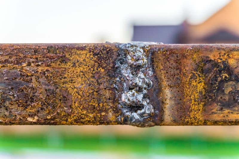 Saldatura testa a testa degli elementi d'acciaio con ruggine di superficie fotografia stock