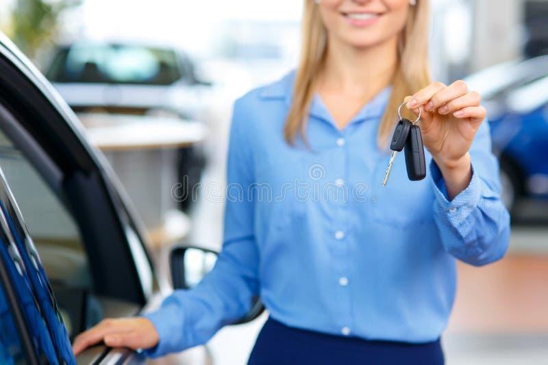 Sale assistent som visar bilen arkivbilder