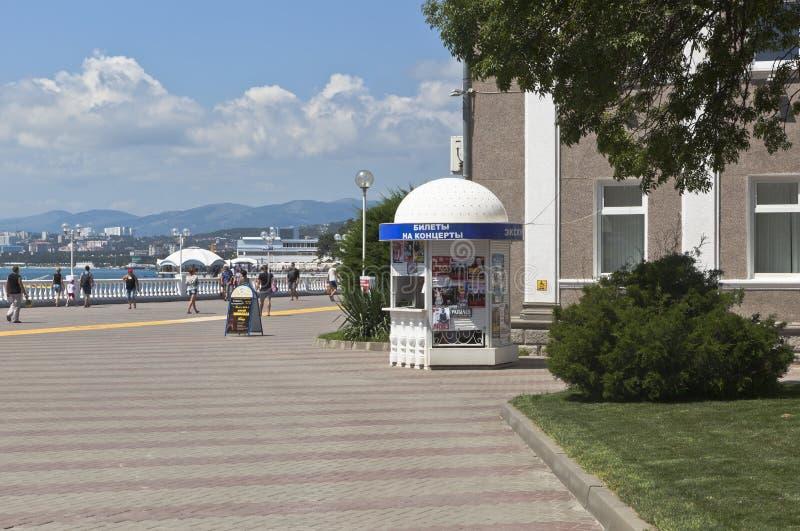 Sale av biljetter för konserter på promenaden av semesterorten av Gelendzhik, Krasnodar Krai, Ryssland fotografering för bildbyråer
