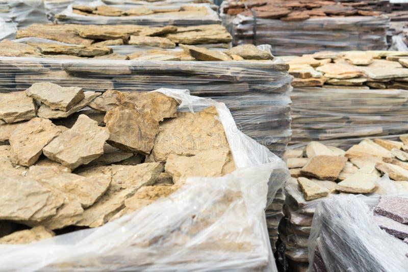 Sale av den naturliga stenen för cladding och konstruktion royaltyfri foto