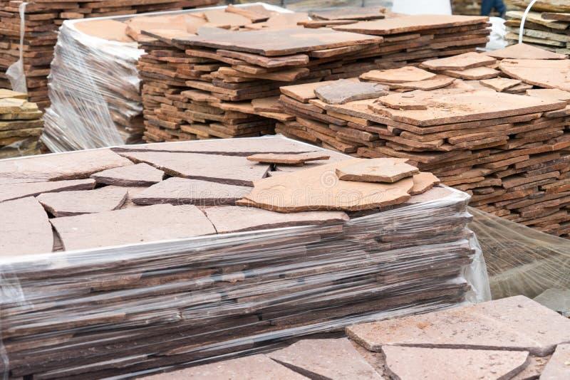 Sale av den naturliga stenen för cladding och konstruktion arkivfoto
