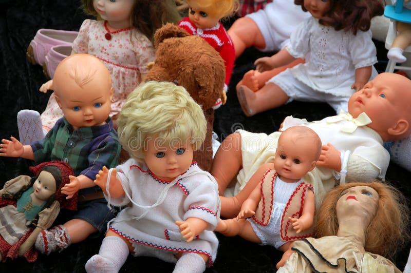 Sale av gamla dockor arkivbild
