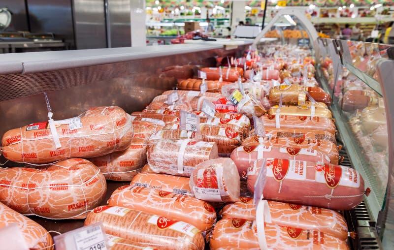 Sale av korvprodukter i stormarknadnätverket royaltyfri fotografi