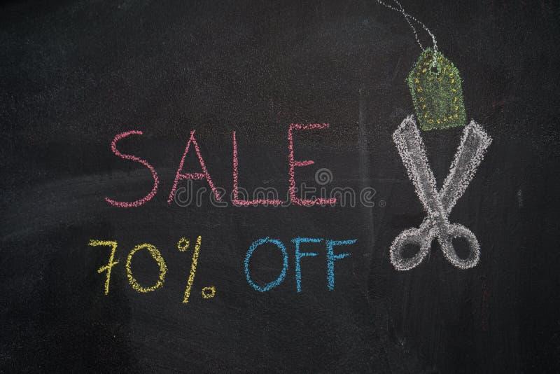 Sale 70% av på den svart tavlan royaltyfri foto