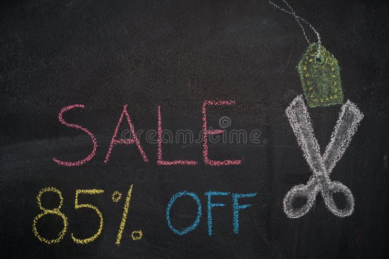 Sale 85% av på den svart tavlan royaltyfri foto