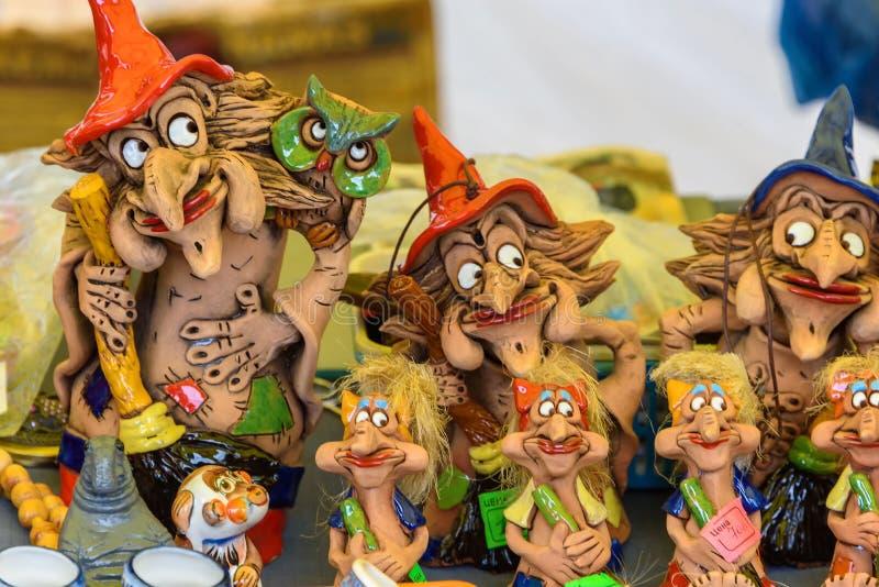 Sale av souvenirstatyetter av häxor från lera Ryssland Suzdal, September 2017 royaltyfri foto