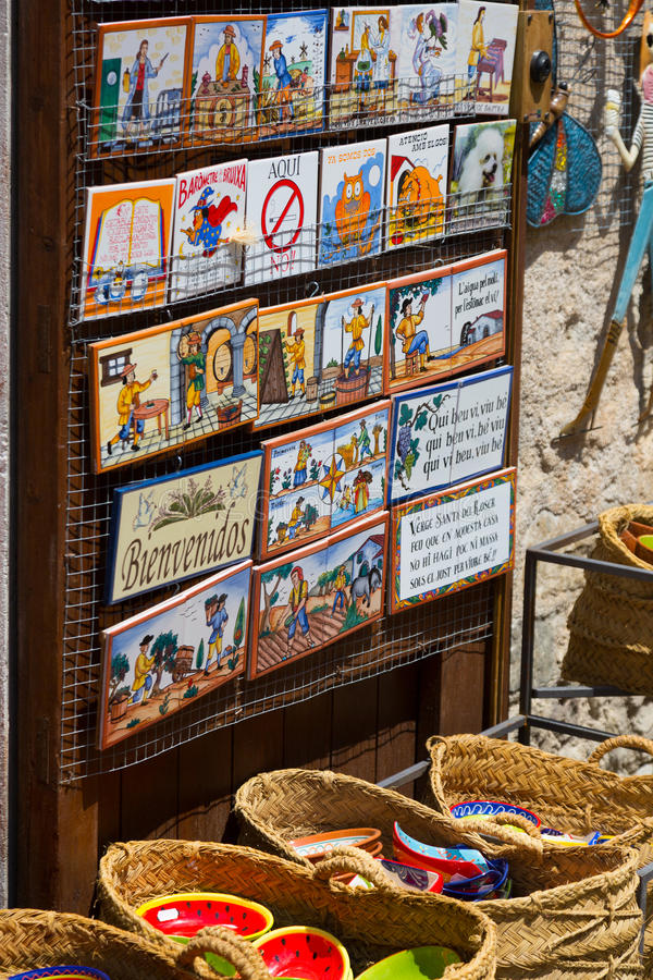 Sale av turist- gåvor på Besalu royaltyfria bilder