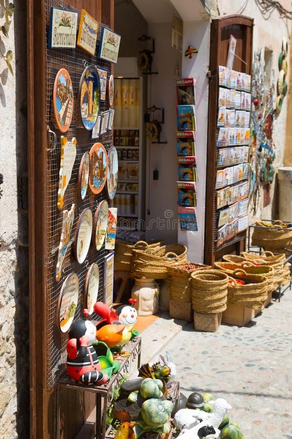 Sale av turist- gåvor på den gamla delen av Besalu royaltyfria bilder