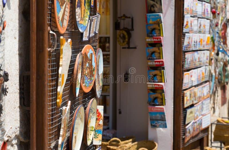 Sale av turist- souvenir i Besalu, Catalonia fotografering för bildbyråer