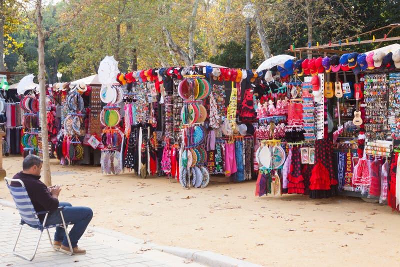 Sale av turist- souvenir i Seville royaltyfri bild