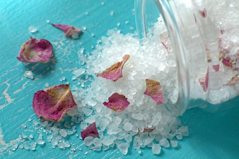 Sale da bagno con i patels rosa fotografia stock immagine di bellezza granelli 64291872 - Bagno con sale ...