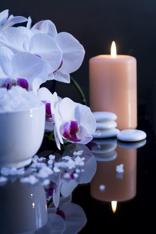 Sale del mare con la candela e l'orchidea fotografie stock