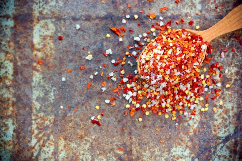 Sale del peperoncino rosso - miscela del condimento dai fiocchi e dal mare secchi del peperone fotografia stock