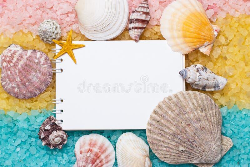 Sale Di Bagno Rosa Giallo Blu E Blocchetto Per Appunti In Bianco Fotografia Stock - Immagine di ...