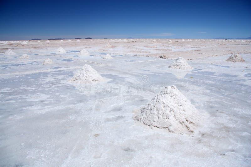 Sale el desierto con las pirámides de la sal en Salar de Uyuni foto de archivo