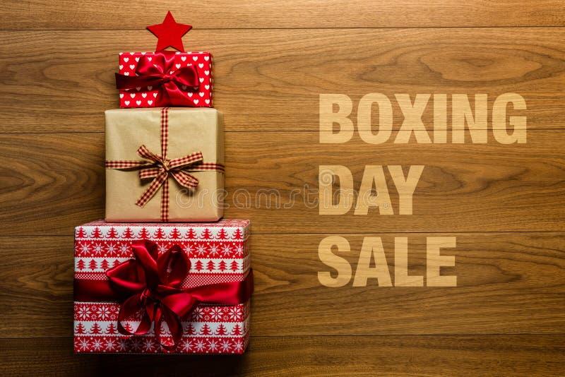 Sale för boxningdag begrepp på träbakgrund, royaltyfria foton