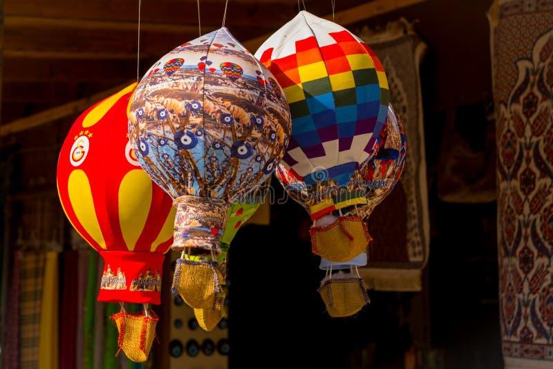 Sale i marknaden Turkisk basar på gatan Souvenir i form av ballonger Cappadocia Turkiet arkivbilder