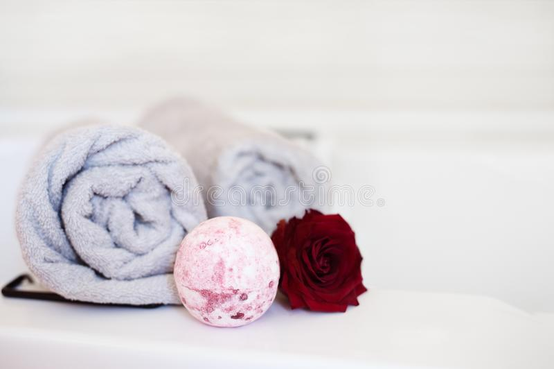 Sale las bombas del baño, aceites esenciales, aromatherapy en casa imagenes de archivo