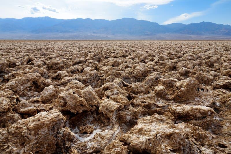 Sale las formaciones en el campo de golf de los diablos en el parque nacional de Death Valley, California fotos de archivo libres de regalías