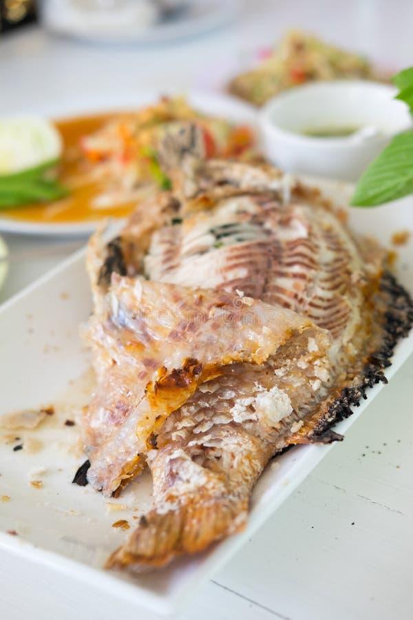 Sale los pescados asados a la parrilla con la ensalada de vestido tailandesa picante imagenes de archivo