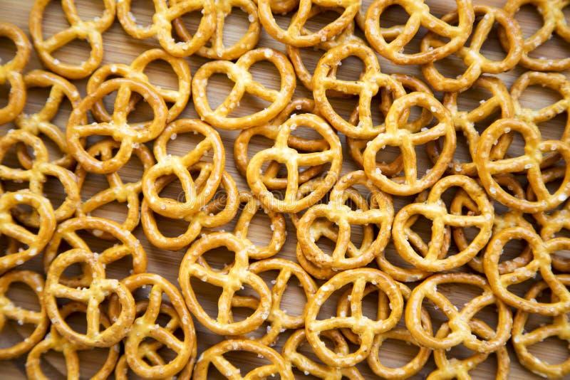 Sale los pretzeles en el fondo de madera blanco, desde arriba Visión superior fotografía de archivo