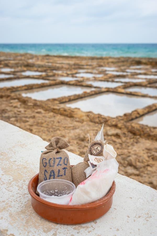 Sale marino pronto per la vendita a gusto di Marsalforn Gozo il sale prima che compriate immagine stock