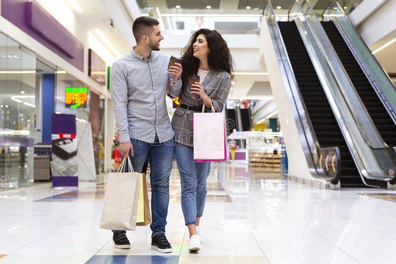 Sale och Consumerismbegrepp Lyckliga par som går i galleria royaltyfri fotografi