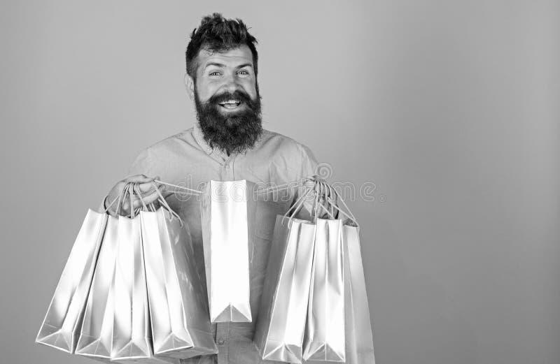 Sale och rabattbegrepp Hipsteren p? att le framsidashopping missbrukade eller shopaholic Mannen med sk?gget och mustaschen b?r royaltyfria bilder