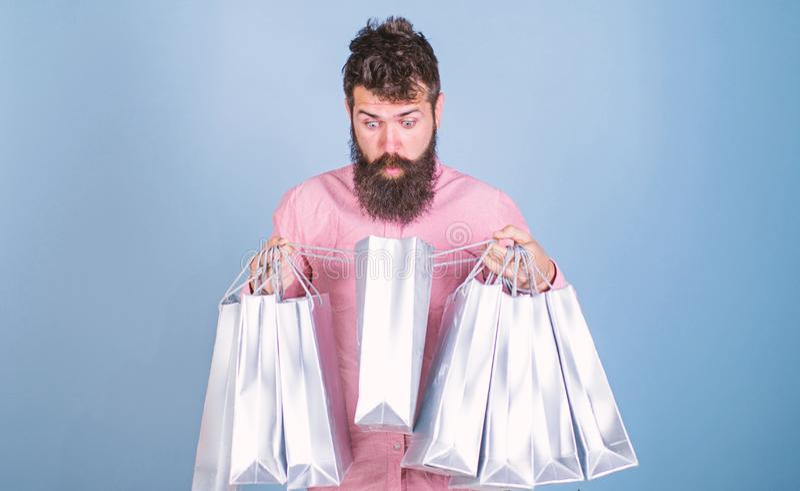 Sale och rabattbegrepp Hipsteren p? chockad framsidashopping missbrukade eller shopaholic Mannen med sk?gget och mustaschen b?r royaltyfri bild
