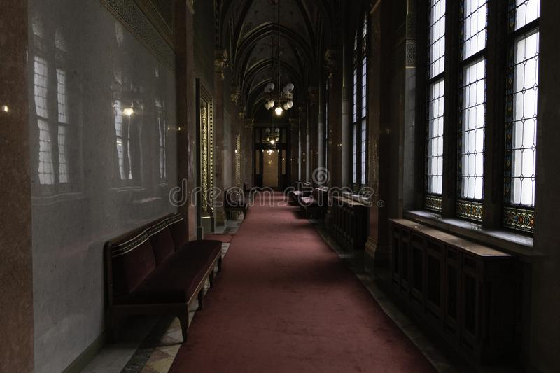 Sale parlament Budapest, jeden strona okno i inny, kar?a i parlamentarni pokoje W?gry zdjęcie royalty free