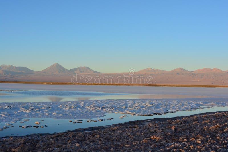 Sale piano e Laguna Tebinquiche nel deserto di Atacama, Cile fotografia stock