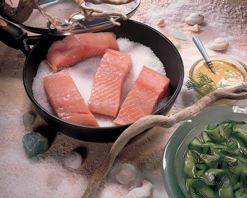 Sale piccante dei pesci di color salmone fritto vaschetta immagine stock libera da diritti