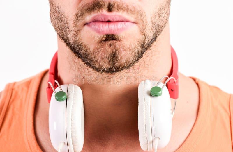 Sale rabatt Tyck om solid hörlurar för perfekt musik För musikhörlurar för man lyssnande vit bakgrund musiksmak arkivfoton