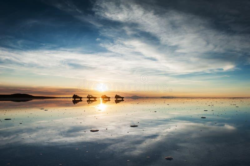 Sale a Salar de Uyuni plano en la salida del sol, Altiplano, Bolivia fotos de archivo